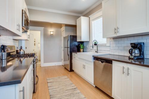 413 W 9th Street #B, Dallas, TX - $2,700 USD/ month