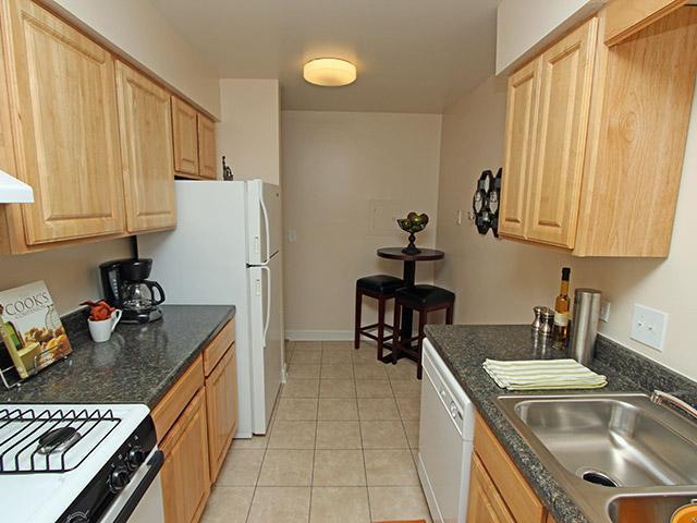 325 Ramblewood Dr #03-205, Glen Ellyn, IL - $1,147 USD/ month