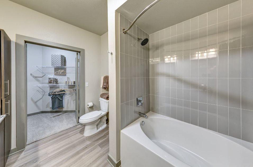 680 E Algonquin Rd #3407, Schaumburg, IL - $2,175 USD/ month