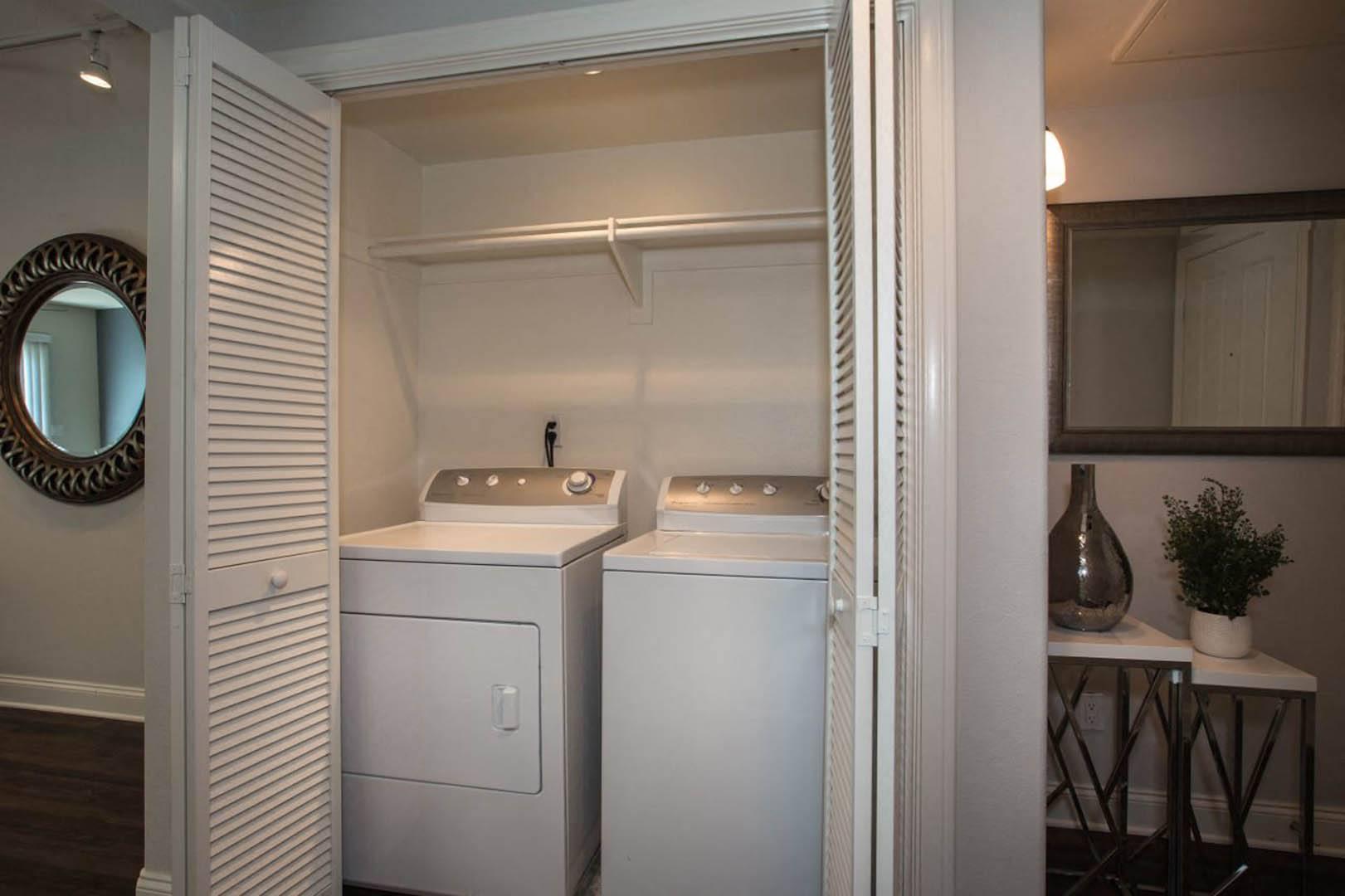 10407 Magnolia Blvd #3-204R, Los Angeles, CA - $3,330 USD/ month